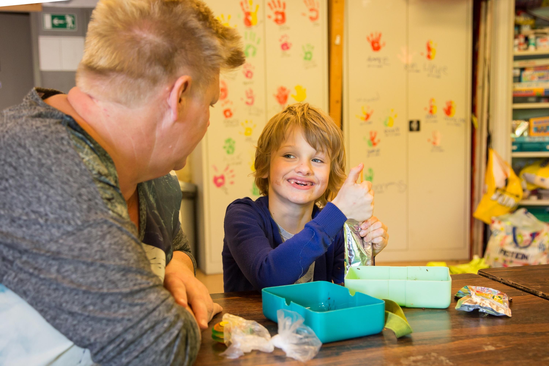 Stichting Kinderopvang Huizen : Kinderen houden huizen schoon tijdens avondvierdaagse nieuwsblad